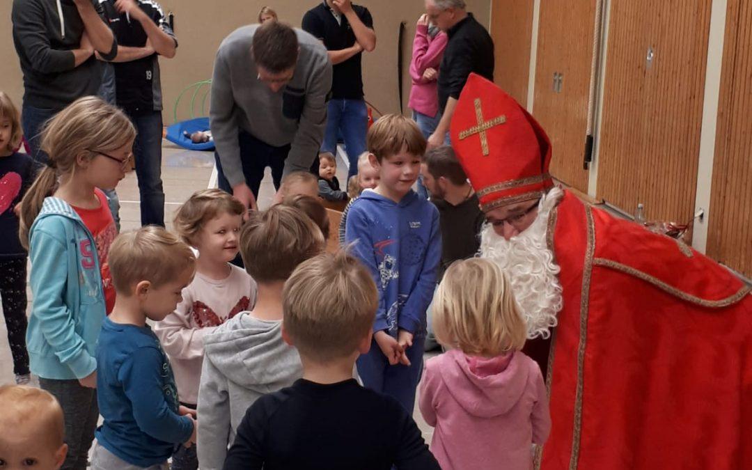 Der Nikolaus besucht die Kinder beim Familiensporteln